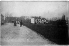 Berkelgezicht bij de Hoevenbrug (Stationsweg, nu Graaf Ottoweg) vóór Villa Endepol, met Villa Nova (Jeugdherberg 't Locheym)