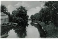 Berkelgezicht Lochem vanaf de Hoevenbrug stroomafwaarts, links Oranjerie van Villa Endepol, Jaren30