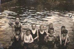 Berkelzwembad achter Hotel Stad Lochem, begin 20e eeuw met zwemmers