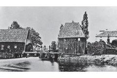 Watermolens in de 19e eeuw, links de oliemolen, rechts de korenmolen, rechts ook Villa Welna, foto HG